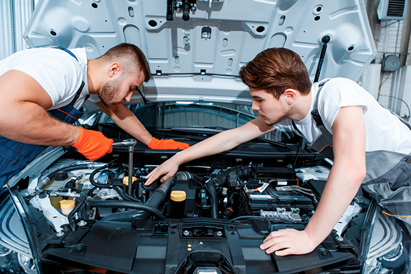 Advantages of taking your damaged car to a professional auto mechanic